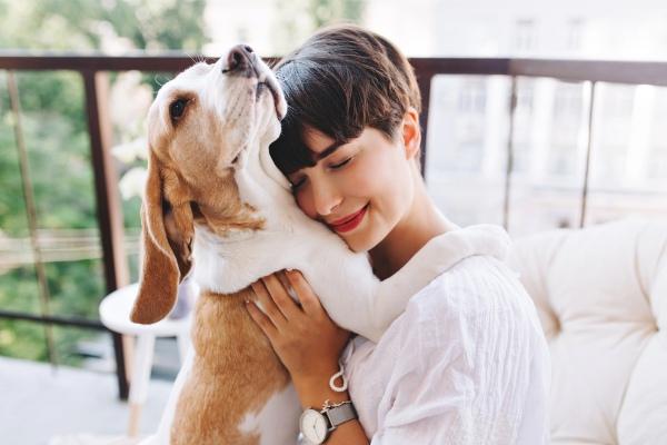Chica con su mascota